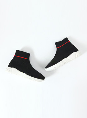黑色标签运动鞋
