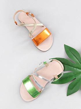 闪亮的彩色凉鞋